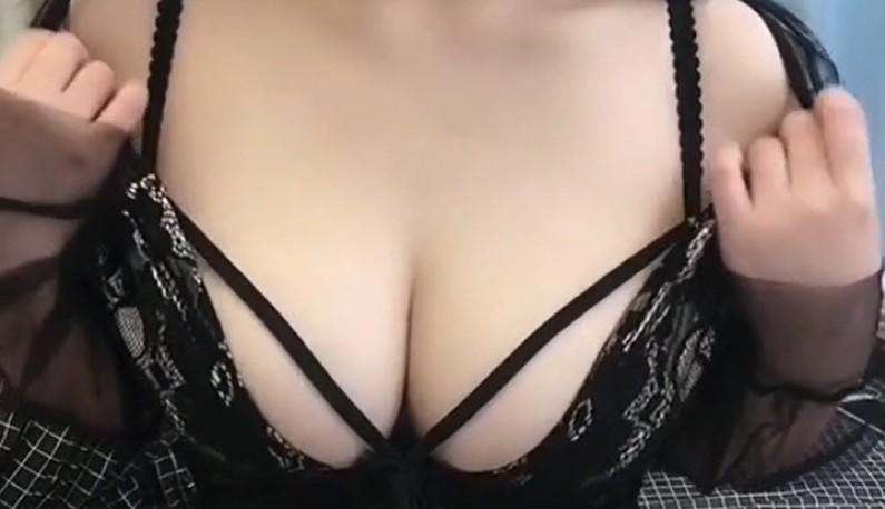 白皙妹妹琳儿大尺度私拍流出~极品爆乳SM乳夹诱惑,黑丝袜超级诱人!