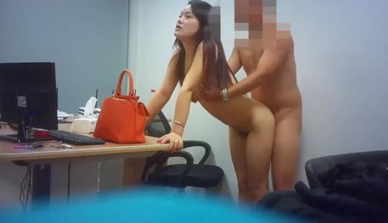 保安喊出纳在经理的办公室直接啪起来!紧张刺激的性爱一触即发!