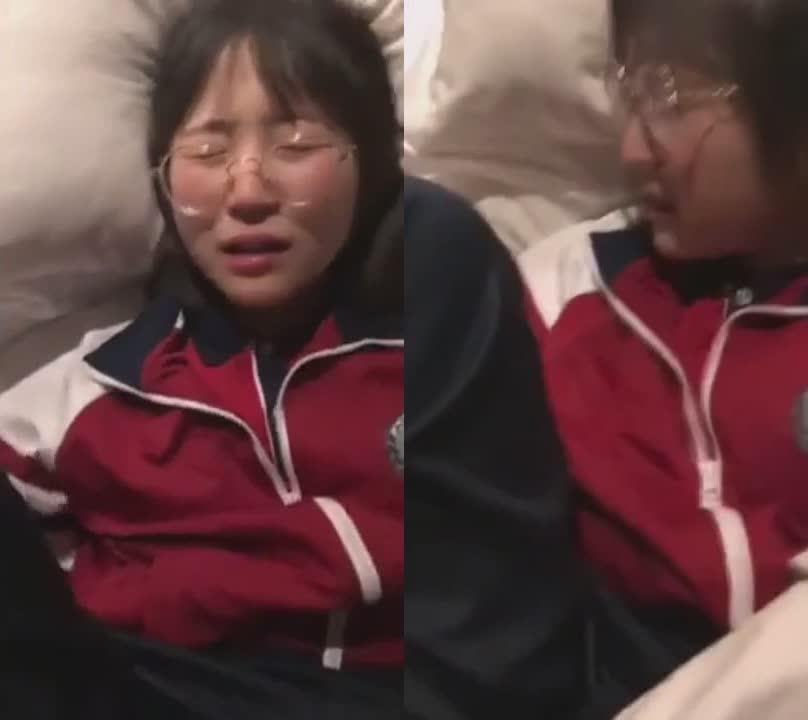 眼镜高中嫩妹子和男友偷吃禁果破处拍视频流出