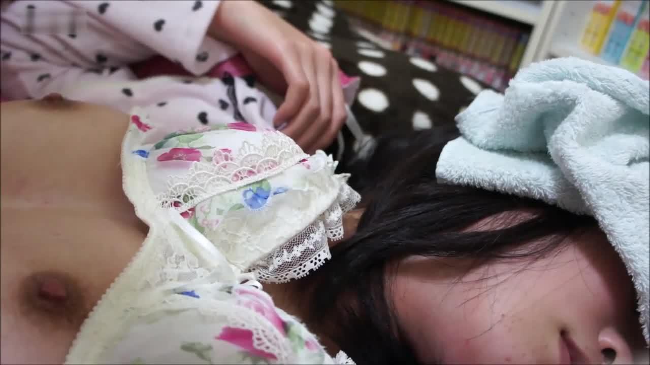 01年漂亮女生惨遭下药,小穴和菊花都被肥佬短小的鸡巴无情插入,最后还把精液射在小穴上 (2)