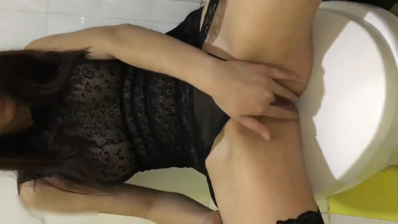 极品网红美女穿着性感黑丝吊带在洗手间扣穴自慰时被猛男发现,掏出鸡巴就往嘴里放,爆了一嘴!大腿真长啊国语!