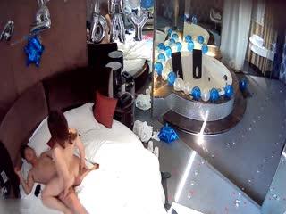 热恋中的年轻情侣把宾馆布置的很浪漫然后激情啪啪啪大屁股女友非常主动很骚上位扭的疯狂刺激1080P原版