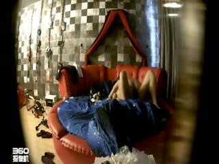 情趣酒店TP四眼仔和漂亮女同事啪啪骚货的叫床呻吟很大