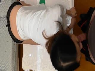 气质性感的白富美少妇寻求刺激在酒店故意衣着暴露勾引服务员,当场在客厅扒掉蕾丝内裤用力勐操