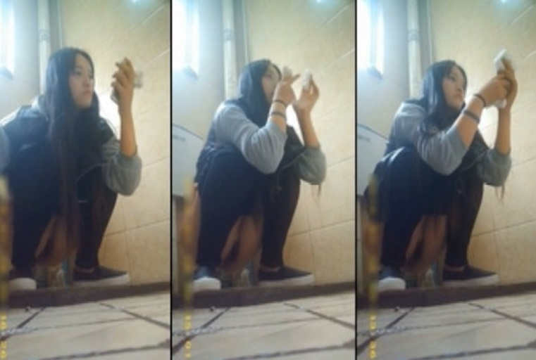 外站最新流出作品-某高校公共女厕拍摄到的气质美女如厕嘘嘘