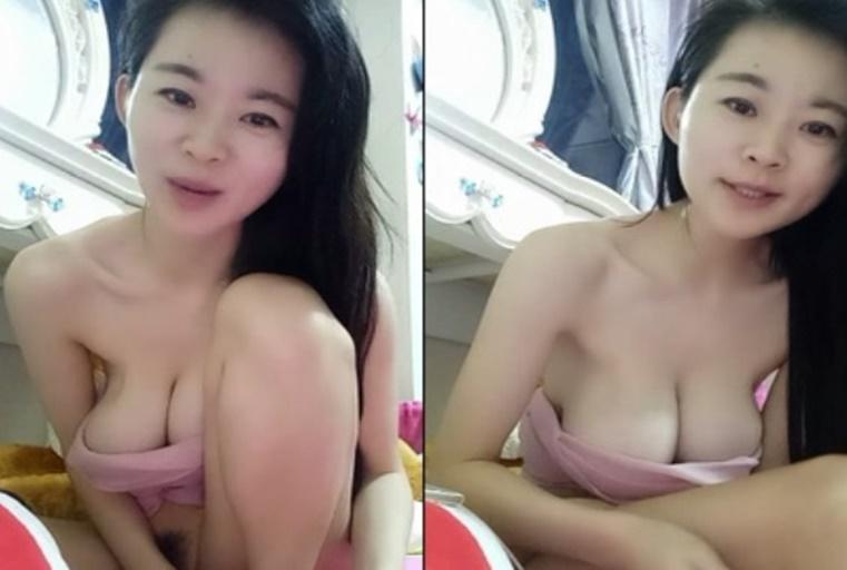 年轻少妇边玩手机边和狼友聊天展示着自己裸体 阴毛修剪的很整齐很漂亮