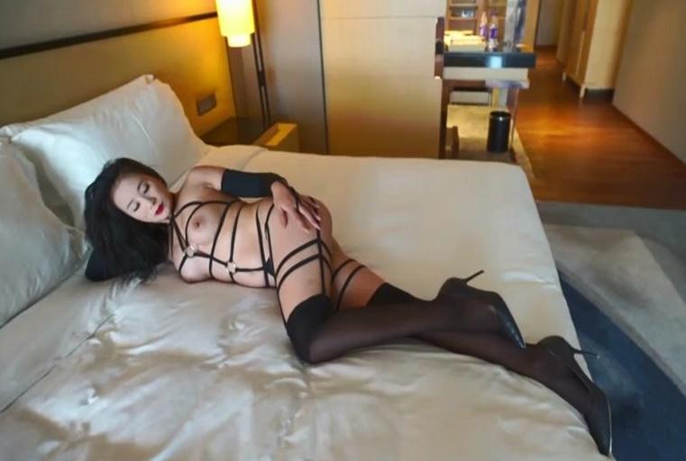 [中文主播外流]  最新众筹果哥大尺度精品样子非常淫骚的白领女高管给她逼逼喝点水