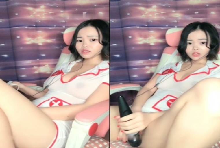 坚挺大白美乳短发妹子自慰秀 情趣护士装椅子上按摩器震动逼逼大奶诱人 很是诱惑喜欢不要错过