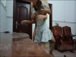 妇正在擦地板被我从后面撩起裙子狠狠插入