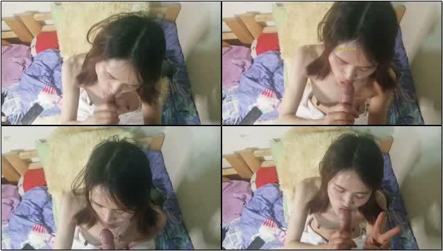 偷情人妻帮情人口交开心的含着鸡巴看镜头比剪刀手