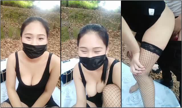 大奶美女主播穿着网袜和粉丝炮友在户外小山坡野战这样的位置很容易被人发现的