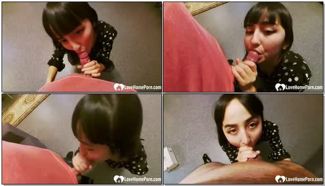 女朋友跪地吃香蕉