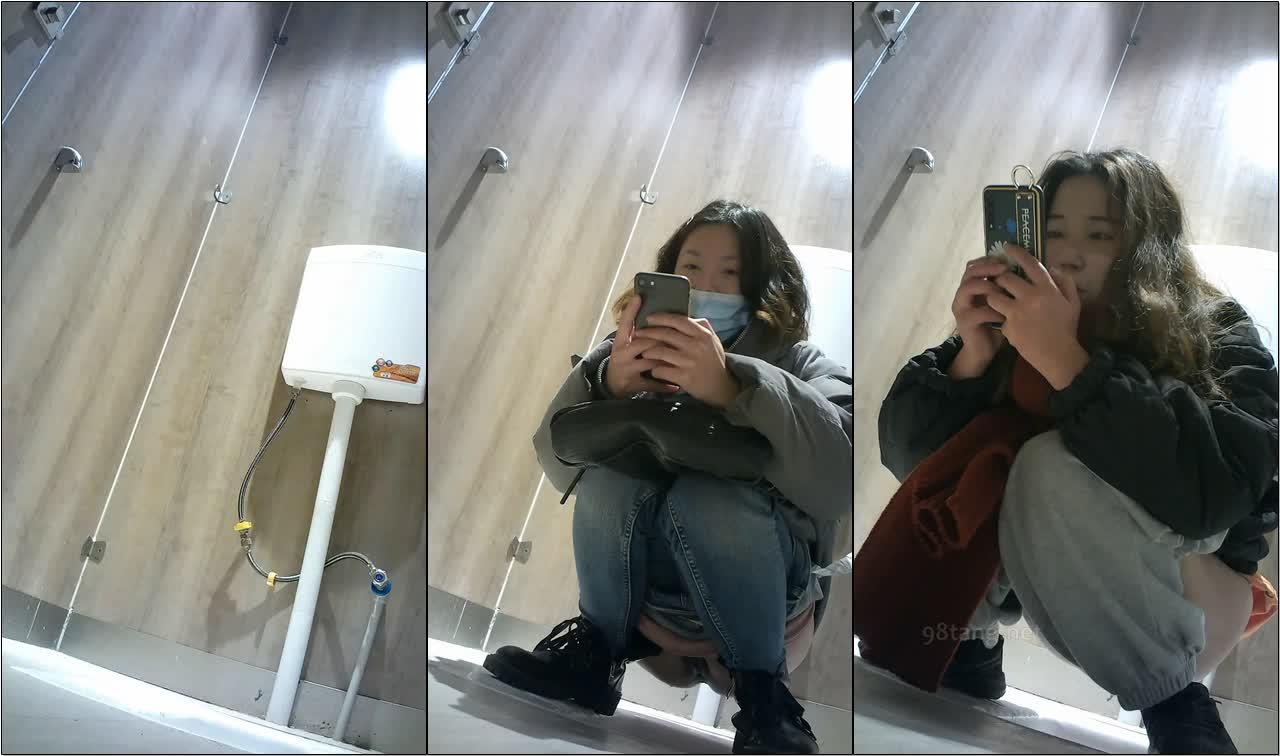 商场女厕全景偷拍手持红色手机气质美少妇