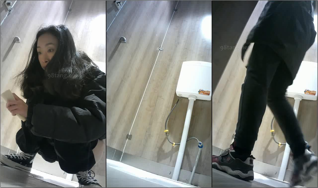 商场女厕全景偷拍美女尿尿穿着睡衣拖鞋居然出现在商场厕所