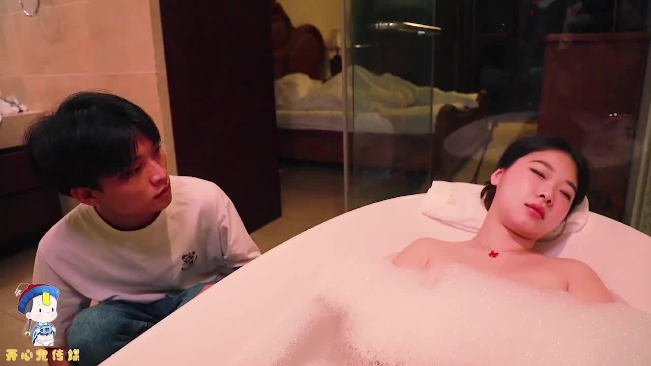 开心鬼传媒KXG0002哥哥强行插入正在洗澡的妹妹